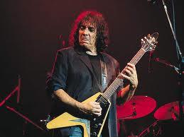 Pappo fue miembro de una de las formaciones de Los Gatos; luego lideró Pappo's Blues y Riff (junto a Michel Peyronel)